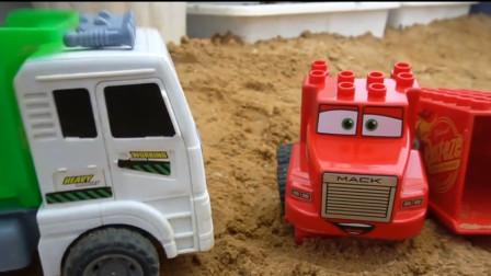 翻斗车修理麦昆汽车大卡车,组装麦昆汽车玩具