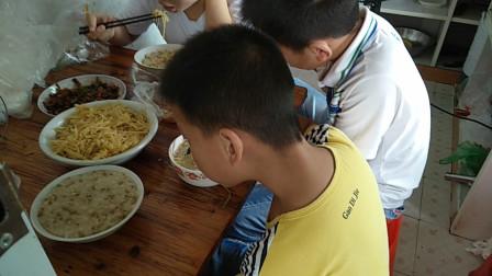 吃播视频 暑假我家的同学们吃中饭喽