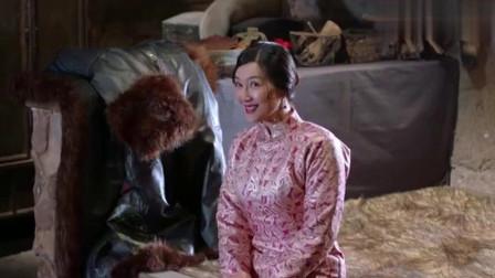 林海雪原:二姑娘使美人计诱惑胡彪,不料座山雕就在门外偷看,真是精彩了!