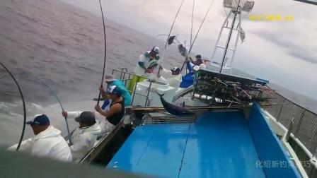 小鱼不停地洒向水面, 水面大鱼排着队被甩上岸, 钓鱼钩都不用摘