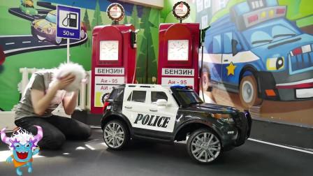 拆卸和装配动力轮假装执行救援任务骑在汽车上