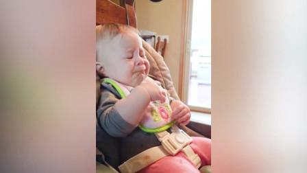 当婴儿做你不理解的事情时爱人的婴儿视频