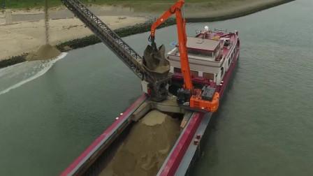 满满的一船沙子,运到岸边是如何卸下来的,看了这个视频全明白了