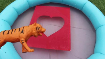 野生动物园动物玩具宝宝妈妈跳过不可能的形状跳入水中