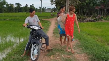 越南三姐妹,骑摩托车抓鱼,这是富人才有的生活