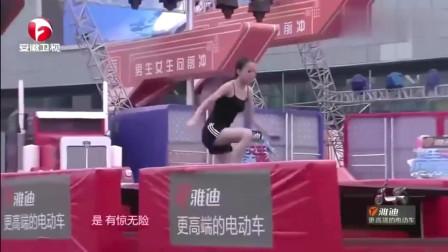 男生女生向前冲:美女闯关一不小心就摔倒了,看台的大爷这表情亮了