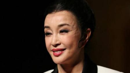 64岁刘晓庆节目游泳,终于见到素颜的她,网友:早这样做该多好