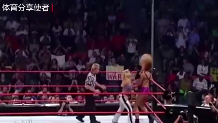 WWE女子赛:美女互撕,一上台先脱对方衣服,全场沸腾!