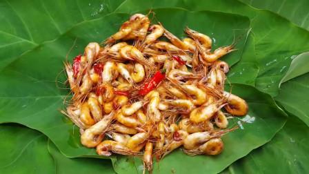 东南亚大哥在野外河边岩石上烹饪小龙虾吃,野外美食自己做
