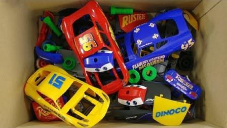 玩具箱里找汽车组件组装蓝色小汽车