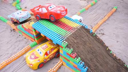 卡丁车赛车和工程车一起搭建双层积木桥,儿童玩具故事