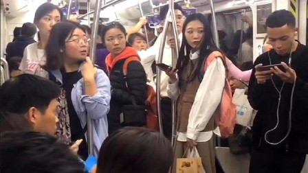 下班坐地铁,无意间拍到这一幕,瞬间都不淡定了!