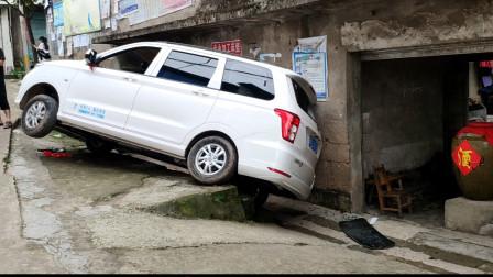 这个司机真悲催,提车才两月却在行驶中遭遇失控后溜险酿祸事