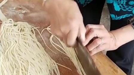 奶奶切的手擀面,比机器做的还要细,这刀工真是没谁了!
