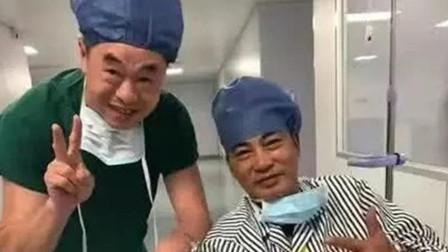 任达华手术后坐轮椅和医生合照状态好, 右手包扎严实