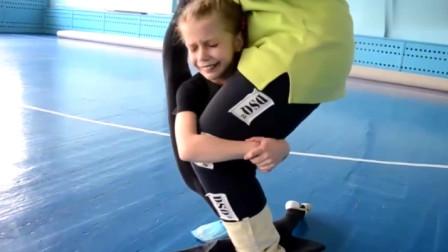 女孩一边被教练压腿一边痛哭,太疼了,艺术体操好狠!