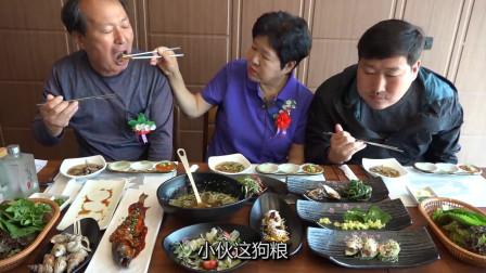 韩国农村一家:今天出来下馆子,老两口结婚纪念日,边吃边秀恩爱