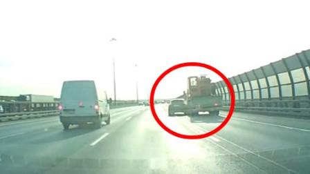 小轿车突然变道,被小货车追尾