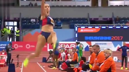 女子跳远比赛慢放,瘦瘦的身躯有着强大爆发力,滞空能力太强了