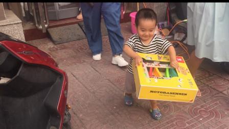 小敏带宝宝买奶粉,一次买两箱,赠品玩具直接抱走,真可爱