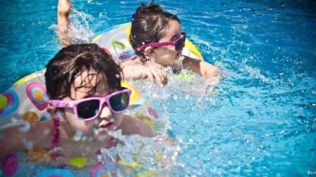 """夏季带娃游泳要注意,游泳切记戴泳镜,预防染上""""红眼病"""""""
