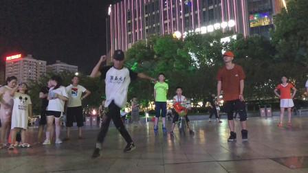 男神曳步舞、阳仔 小瑞广场PK这个舞蹈太酷了!