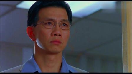 白天,郑秀文公司中遭上司夺权解雇,心情悲痛不已