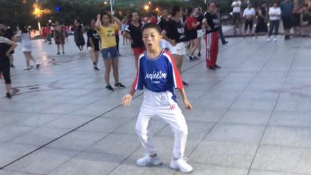 太厉害了!6岁小孩广场跳鬼步舞,路人纷纷围观,一下成了焦点