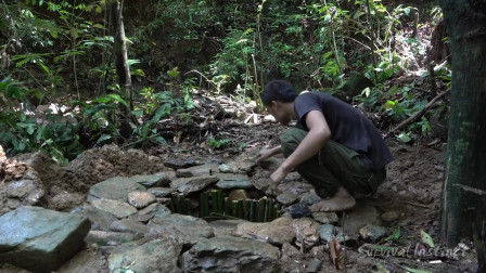 荒野牛人热带雨林野外生存,用竹子自制水井,还能在竹子屋里烧火真是太牛了