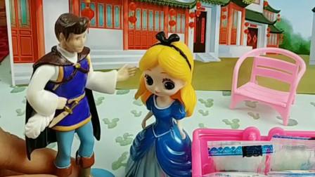 少儿益智亲子玩具:王子见义勇为帮助灰姑娘,好样的!