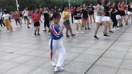 7岁小女孩跳鬼步舞,音乐一响舞步停不下来了,这是要火啊!