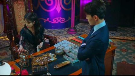 德鲁纳酒店:IU耳环不见了,不料男主气在头上,故意踢走它,太可爱了