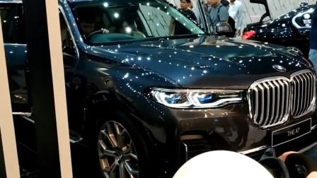 2020款宝马X7闪亮登场,打开车门和后备箱,买不买奔驰GLS自己定