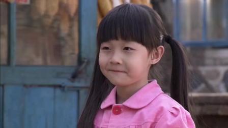 农村姑娘站小凳子上炒菜,袖珍妈妈干活回来一闻:是什么味这么香