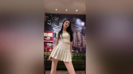 身穿百褶裙的小姐姐在商场里热舞,真胆大!