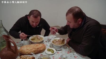 俄罗斯大叔称这是穷人的美食:炖了一大锅牛蹄子,喝酒吃肉,美!