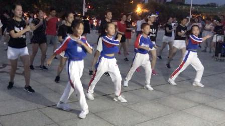 4小孩带队跳网红鬼步舞,动作欢快,边跳边喊口号,被围观了!