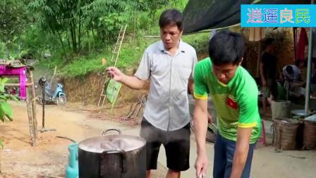 越南农村人办酒席,做猪血肠煮了满满一锅,一看就知是美味