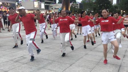 57岁大叔带队跳鬼步舞,舞步轻盈飘逸,音乐好听,百看不厌