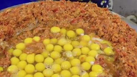 """印度版""""蛋炒饭"""",一次放上几百个鸡蛋,看完不想吃了!"""