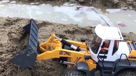 拖拉机挖掘机在海边运送沙土,儿童颜色学习!