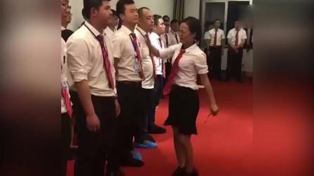 什么团队?男员工站成一排 遭女同事轮流扇耳光