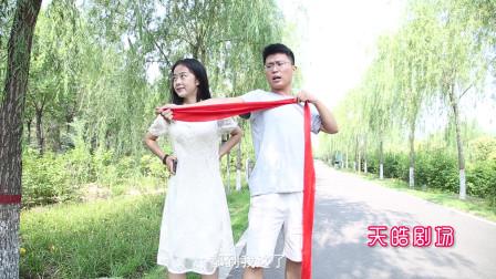 小情侣公园约会,女友问你的手臂能搂到我的腰吗,男友举动太逗了