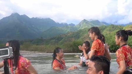 天气热河边偶遇玩水的越南姑娘,十分享受这样快乐悠闲的生活