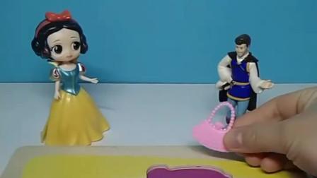 少儿益智亲子玩具:白雪要拼图,还是要包包呢?