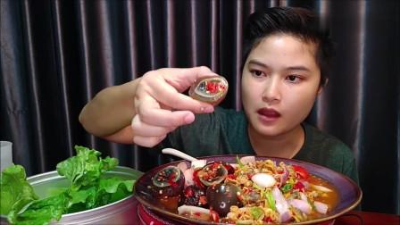 吃播:泰国农村女吃货试吃凉拌松花蛋,配上新鲜的菜叶子,吃得贼爽