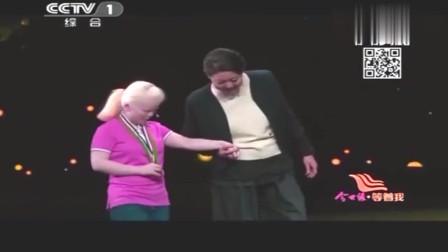 7岁遭抛弃的白发女孩,谁知18年后成就惊人,献唱一首令倪萍泪崩