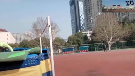 不愧是专业的体育生,看这跳高姿势,真是太完美了!