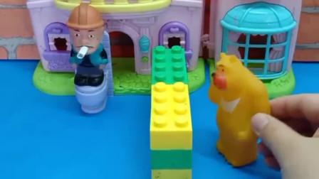 少儿益智亲子玩具:光头强干啥呢?熊二有点着急