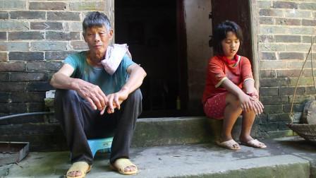 11岁小女孩由于没有父母,她与70岁爷爷相依为命